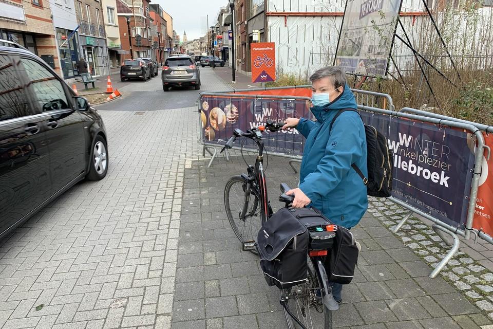 """Marie-José aan de enige fietsenstalling in de Overwinningsstraat. """"Te weinig plaats en te gevaarlijk!"""""""