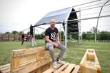 thumbnail: Organisator Stef Roevens stelde woensdag de grote tent op in het Beekpark.
