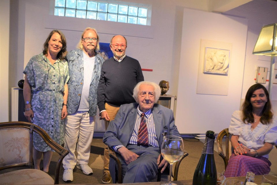 Burgemeester Liesbeth Verstreken links met Bert Van den Auwelant (witte broek) achter Paul Van Hoeydonck en echtgenote Marleen.