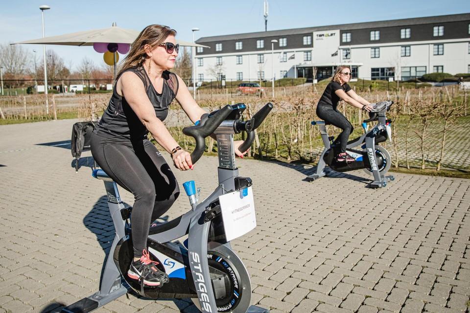 De toestellen van sportclub David Lloyd in Edegem stonden voor een keer buiten.