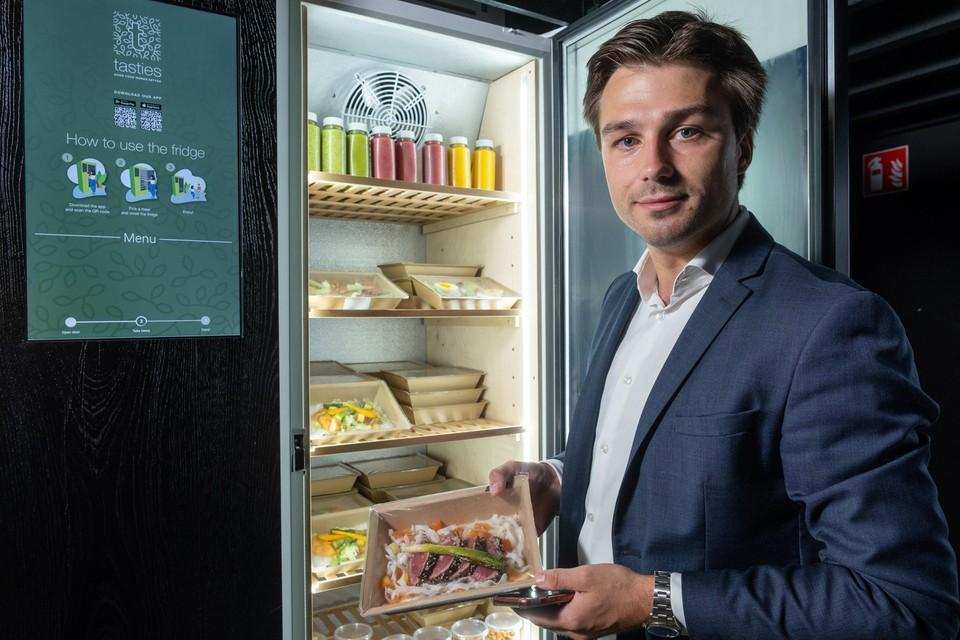 Pieter-Jan Debel voor zijn slimme frigo. Met een app open je de deur. Haal er een maaltijd uit en een speciaal etiket rekent automatisch af.