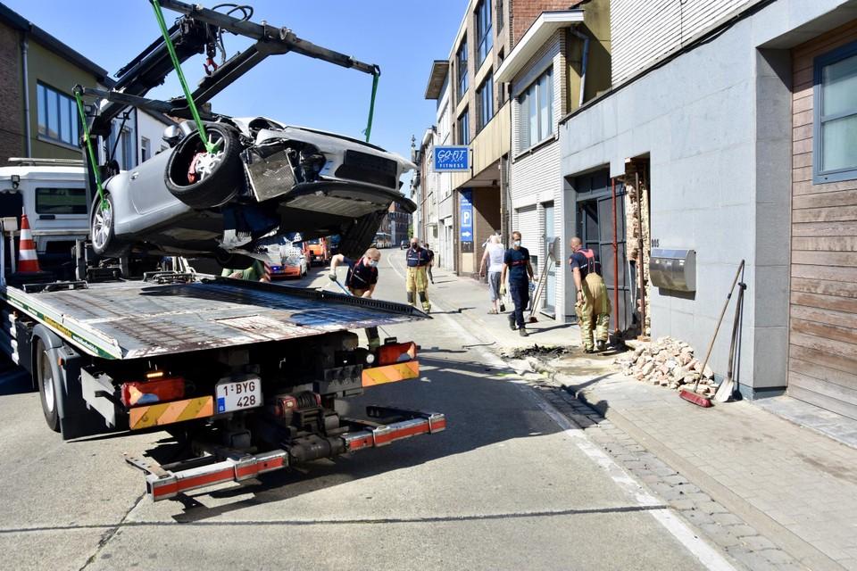 De Porsche liep, net als de gevel, grote schade op.