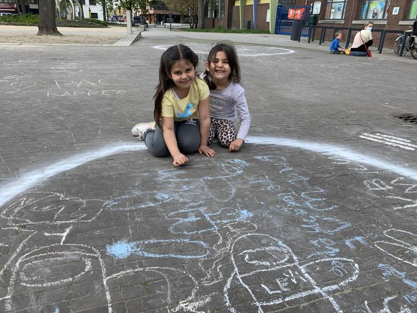 Nisa en Elif toonden hun kunsten met stoepkrijt.