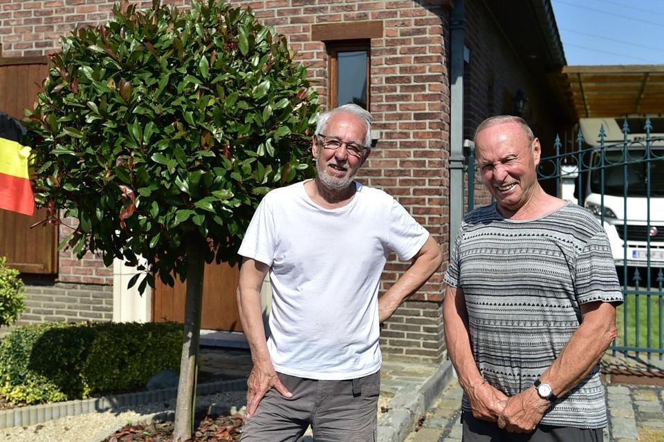 Rode Duivel-supporters Vic en Willy weten hoe snel er door hun straat wordt gereden.