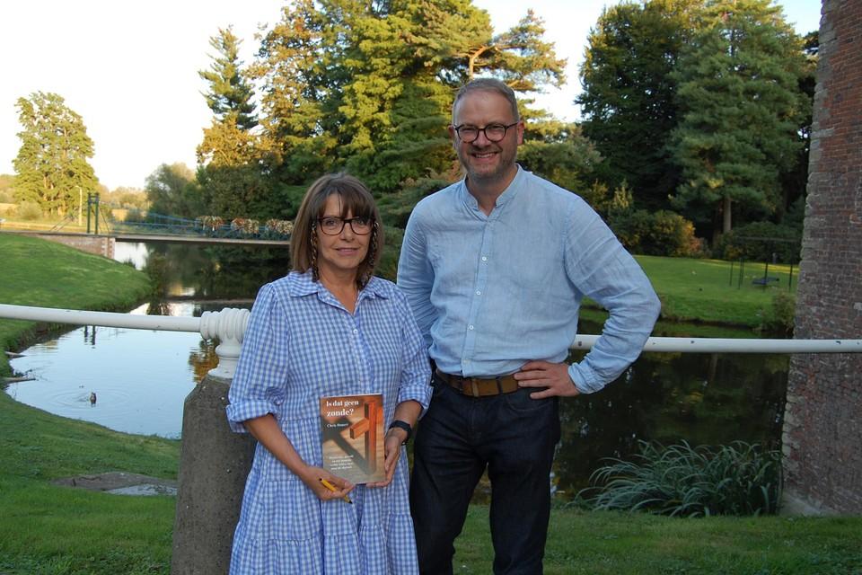 Chris stelt het boek, samen met burgemeester Van Laere, voor aan kasteel Wissekerke.
