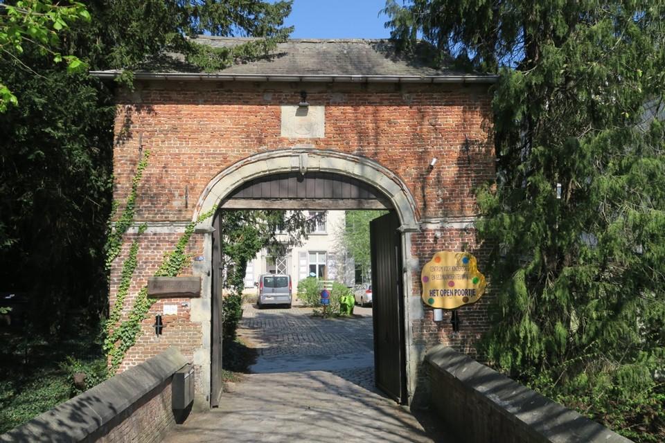 De poort tot het Puttehof. Toen ridder Van Craynhem hier in 1143 arriveerde in het dorp, was dat aanleiding voor een document waarin voor het eerst sprake is van de naam Schilde. Op het poortgebouw zien we het fraaie wapenschild van bisschop Cappello (1597-1676).