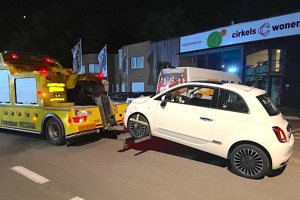 De auto van een bestuurder zonder rijbewijs wordt weggesleept.