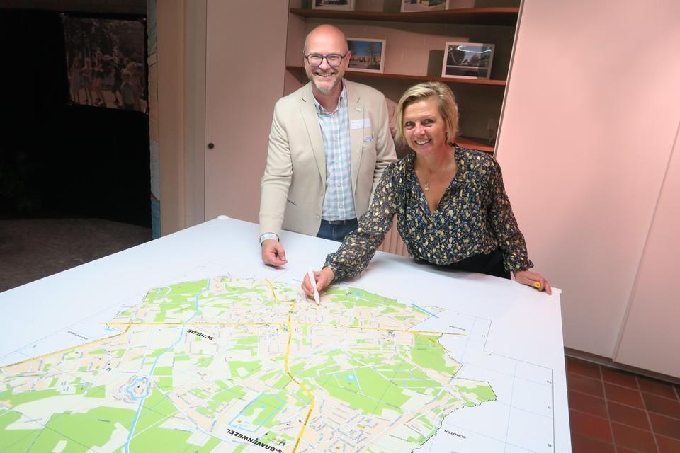 Sportschepen Pascale Gielen, hier met burgemeester Dirk Bauwens, gaat op zoek naar een nieuwe locatie voor 'haar' sporthal, al komt het terrein naast het atheneum ook nog altijd in aanmerking.