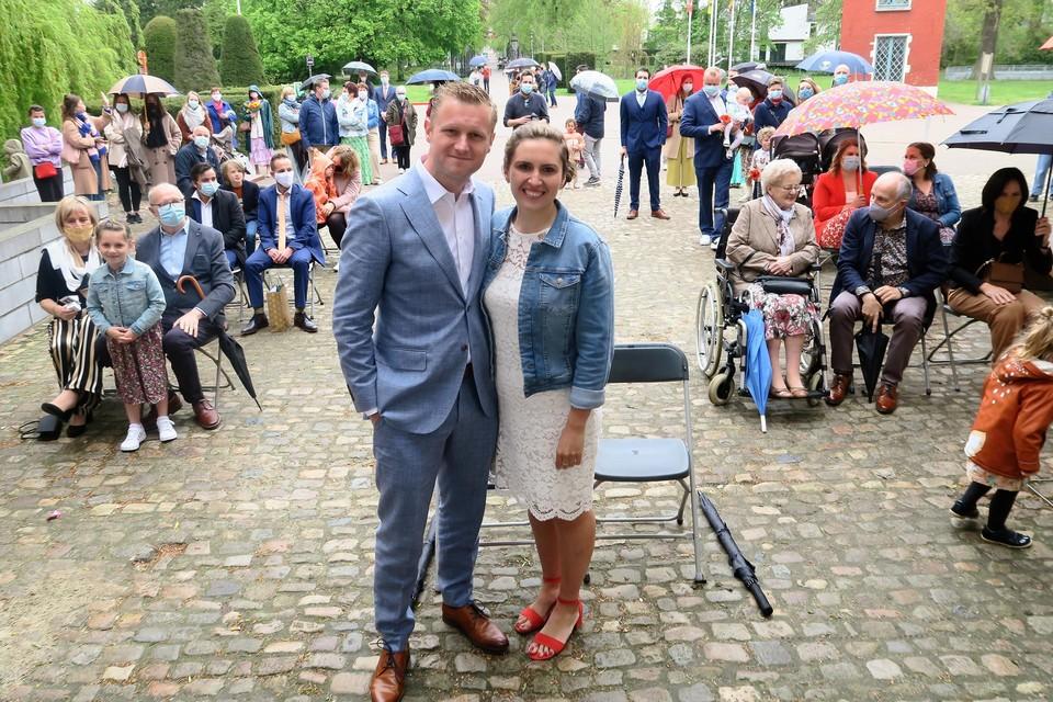 Huwelijk van Jolien en Pieter-Jan in de regen met mét vijftig familieleden en vrienden op de pui van het kasteel van Schoten.