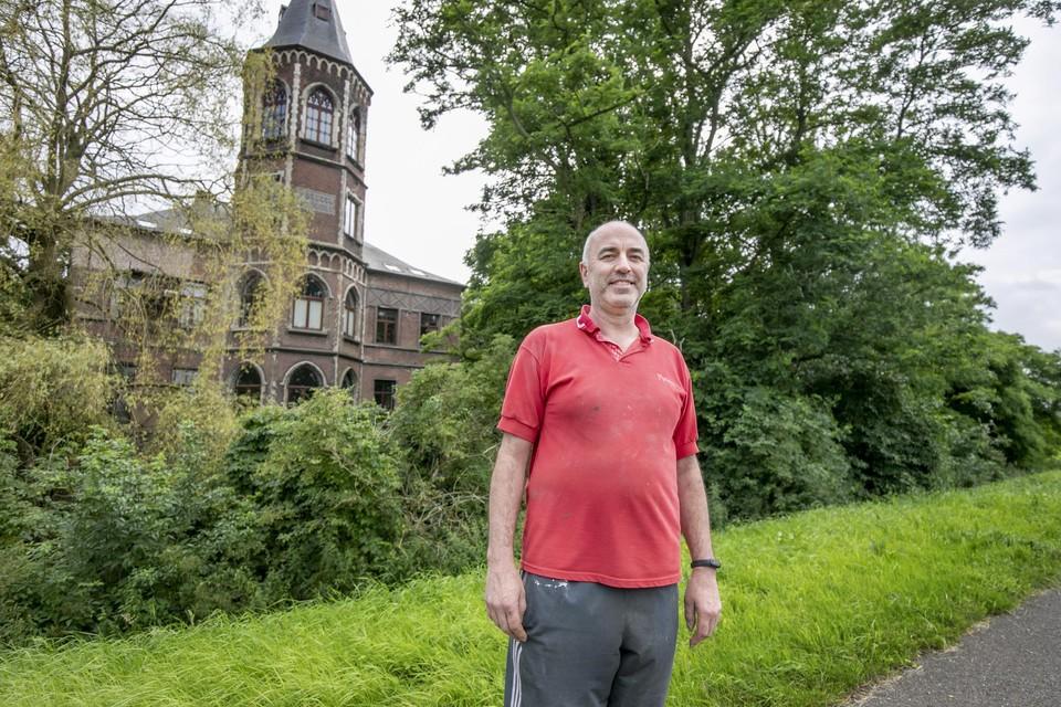 Professor Guy Vandenbosch woont in het mysterieuze kasteeltje naast het jaagpad van de Rupel in Heindonk.