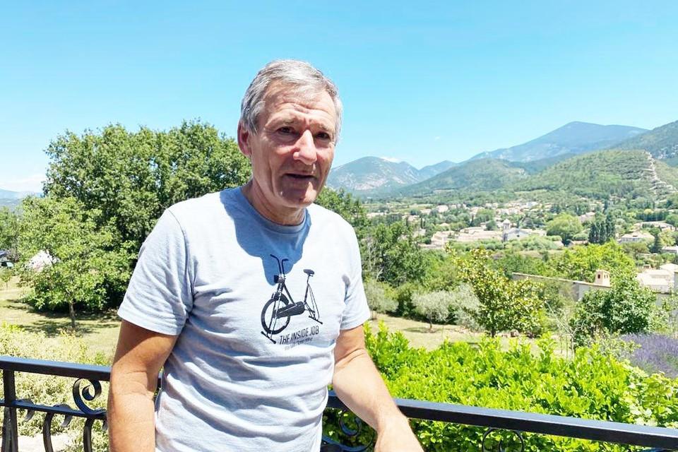 Toon Claes op zijn terras met zicht over Malaucène, vandaag de aankomstplaats.