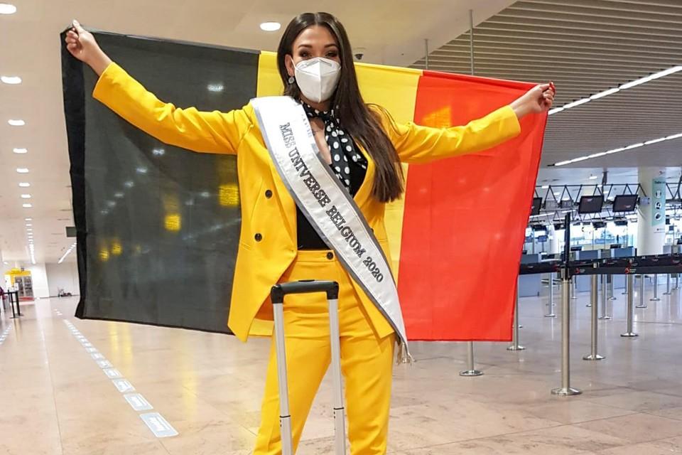 Dhenia Covens vertrok in een stemmig gele outfit donderdag vanuit de luchthaven van Zaventem naar Florida.