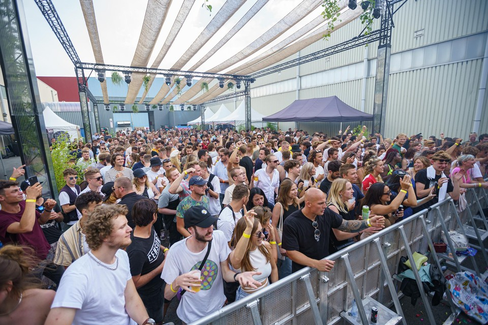 Afgelopen weekend konden festivalgangers zonder coronamaatregelen, maar met testen of vaccinatiebewijs uit de bol gaan op het dance-event MODUL'AIR in Gent.