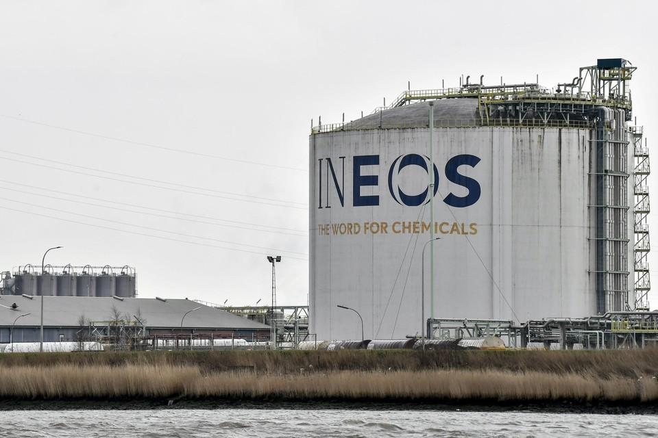 Een Ineos-opslagtank. Ineos wil in Lillo een nieuwe fabriek bouwen om ethyleen te produceren. Maar die plannen lopen vertraging op, omdat het bedrijf pas in de tweede helft van dit jaar een nieuwe omgevingsvergunning indient.
