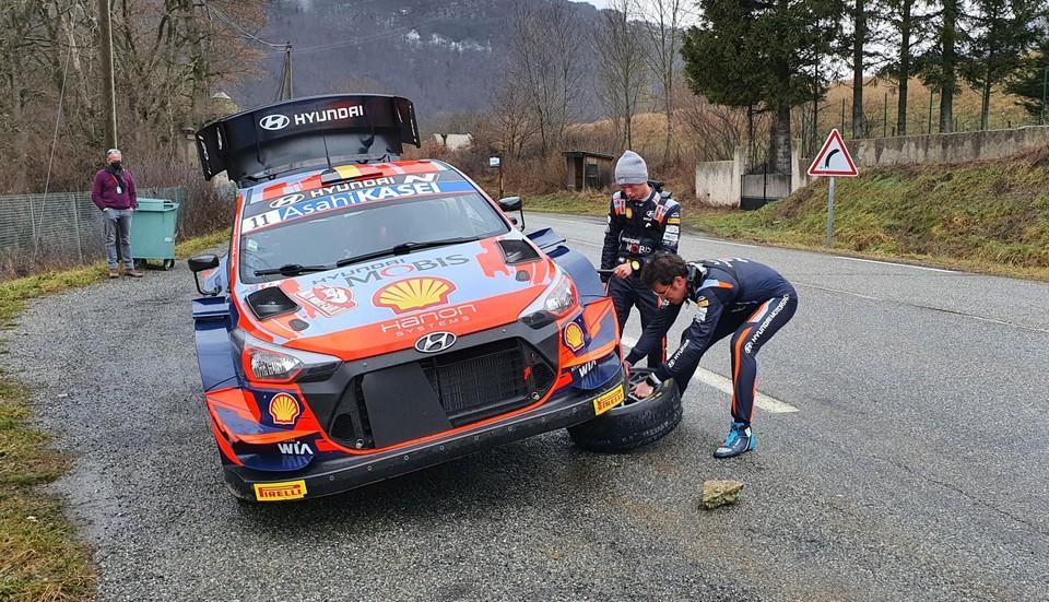Nieuwe copiloot Martijn Wydaeghe (met muts) en Thierry Neuville voeren een bandenwissel uit.