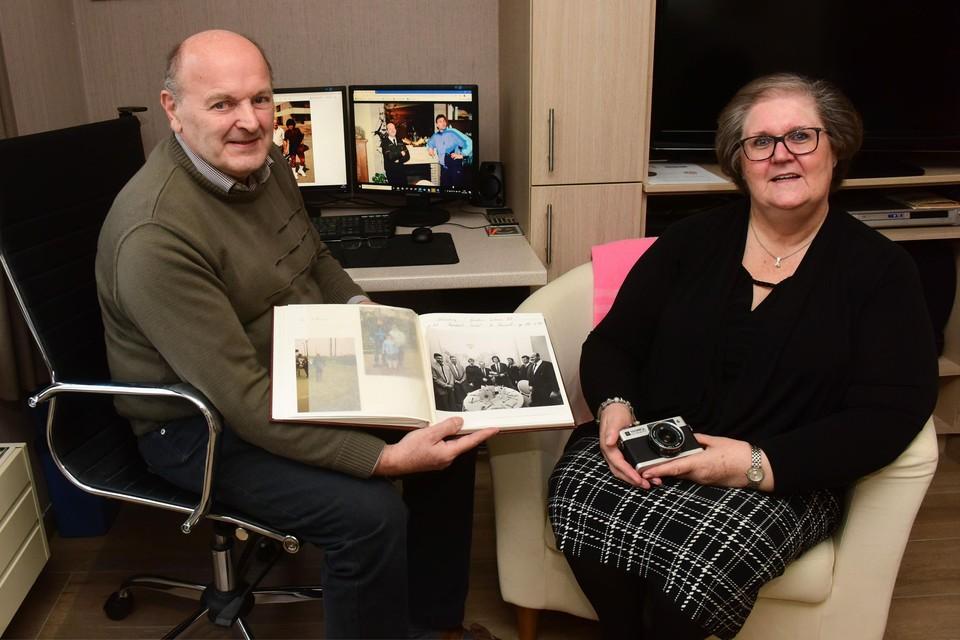 Roger Kenis en zijn vrouw Julienne met haar fototoestelletje. In het album de foto van de viering van Preud'homme met zijn Gouden Schoen. Roger staat gewoon rechts.