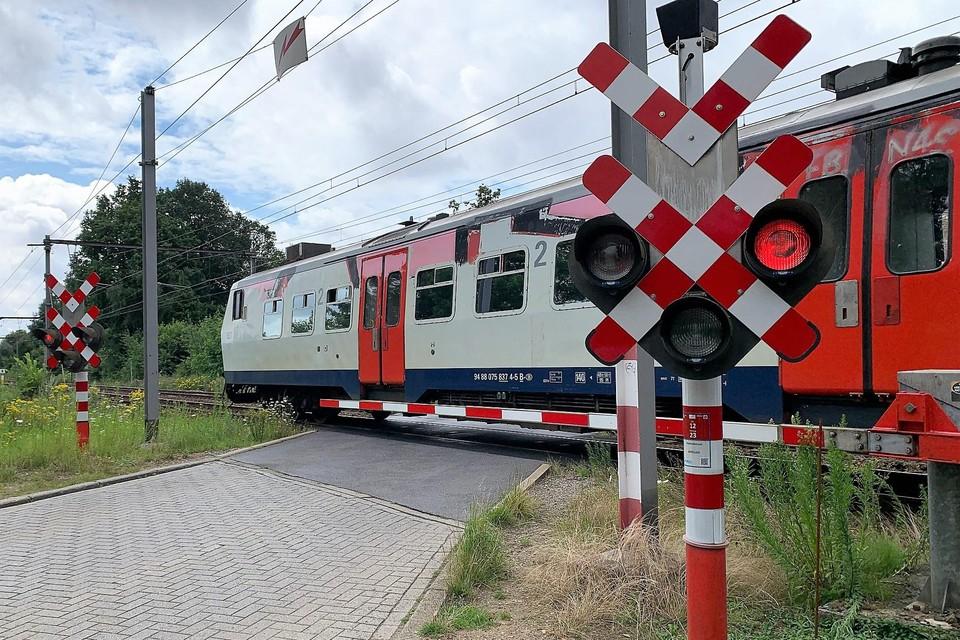 Spoorwegovergang Vloeiende verdwijnt.