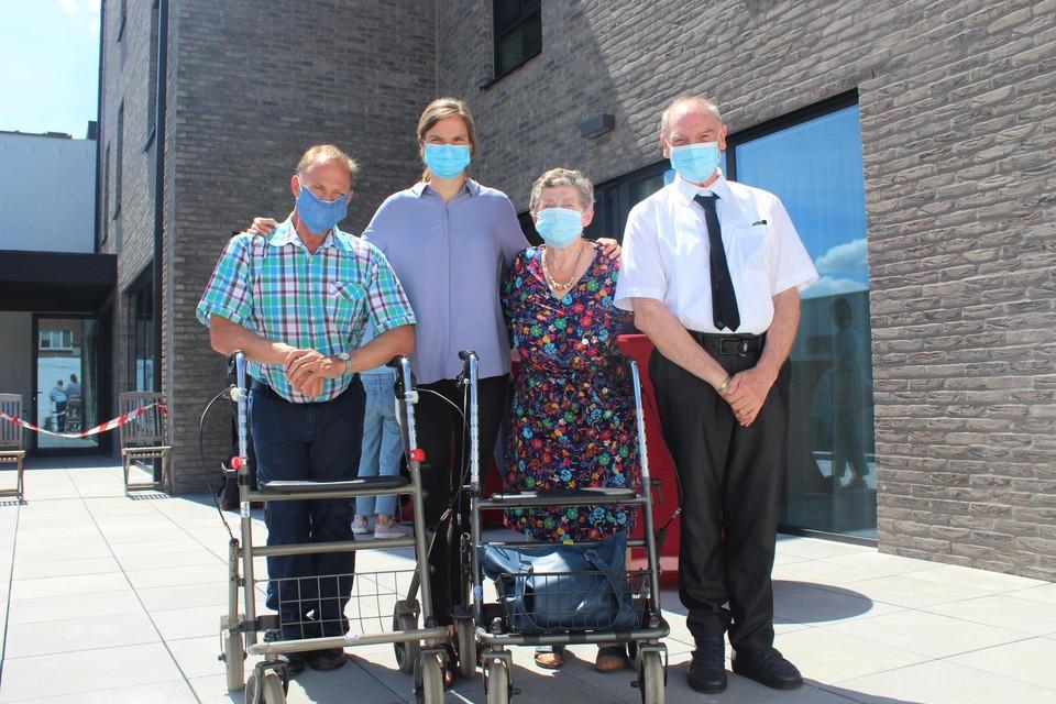 Toekomstige bewoners Patrick, Anita en Eddy met begeleidster Tine op het terras van het nieuwe wooncomplex.
