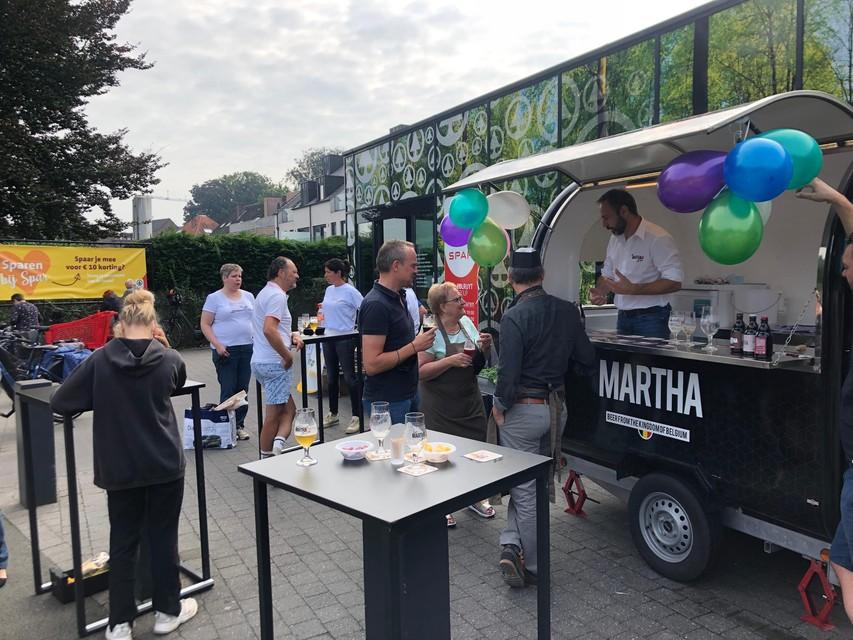 Op de parking van de supermarkt in Lichtaart kregen zaterdag alle klanten een glaasje Martha-bier.