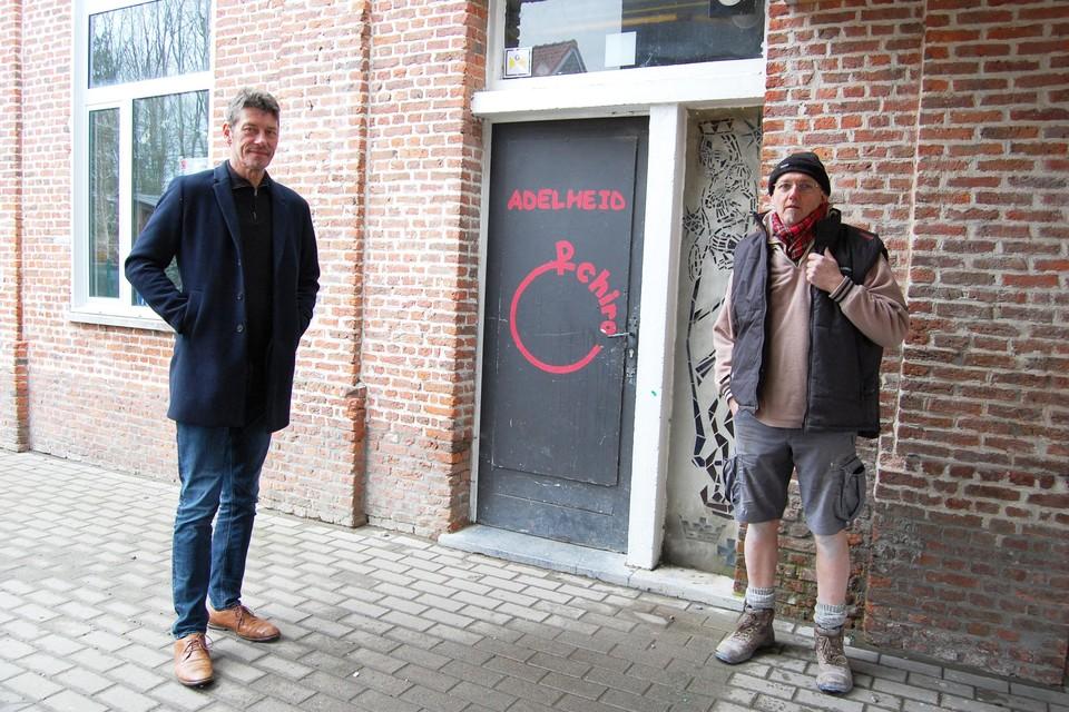 Schepen Kris Smet en voorzitter van Adelheid@Work Patrick Verwimp bij het oude Chirolokaal. Het is nu nog wat langer wachten op de nieuwbouw.
