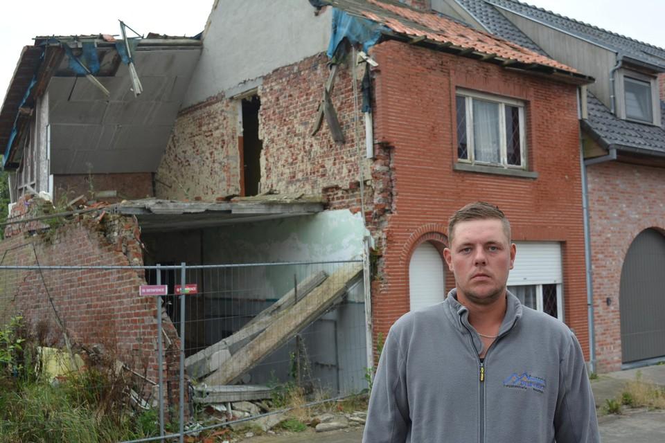 Anthony Delforce voor zijn halve huis. Het moest in oktober 2016 deels gesloopt worden na een fout bij de buren. Intussen mocht hij er geen steen meer verleggen.