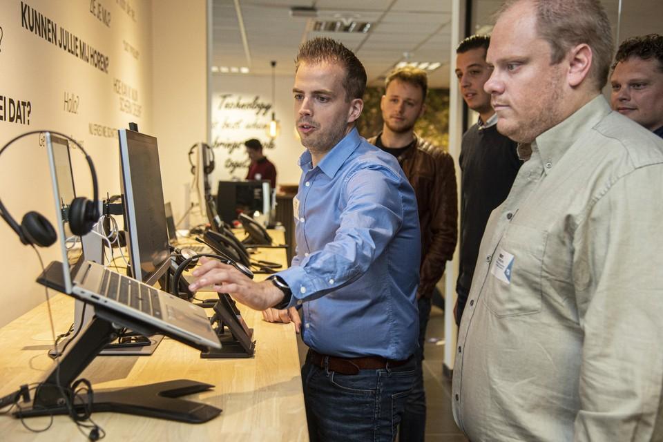 Tom Hufkens demonstreert een opstelling in het digitale belevingscentrum.