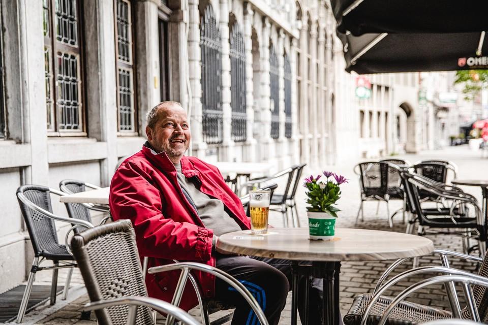 Een zielsgelukkige Patrick Van Tricht was de eerste klant op het terras van Den Engel.