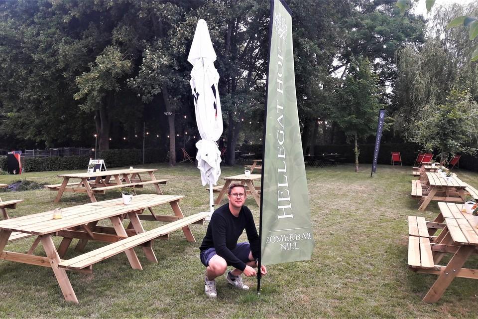 Frederik Mathius hijst de vlag van zomerbar Hellegat Hof die hij samen met Olivier Op De Beeck op poten zet.