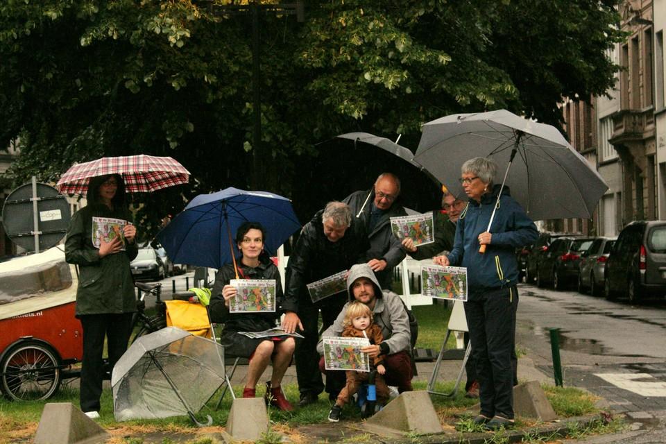 Een handvol bewoners hield deze ochtend een protestactie in de regen.