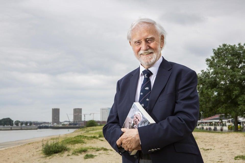 Bob Cools op het strand van Sint-Anneke, waar hij donderdag zijn politieke memoires voorstelde.