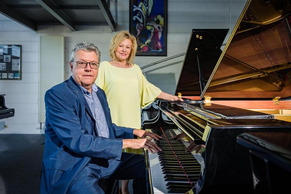 Alain Van Innis en zijn echtgenote Caro Van Huynegem in de pianowinkel aan de Gentsesteenweg.