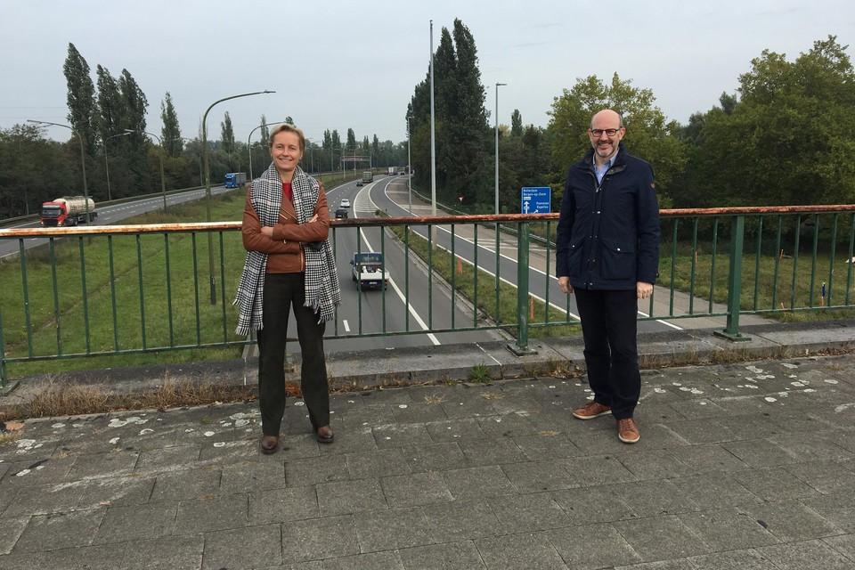 Vlaams volksvertegenwoordiger Annick De Ridder en districtsburgemeester Koen Palinckx kregen de belofte dat de geluidsschermen langs de A12 eindelijk worden geplaatst.