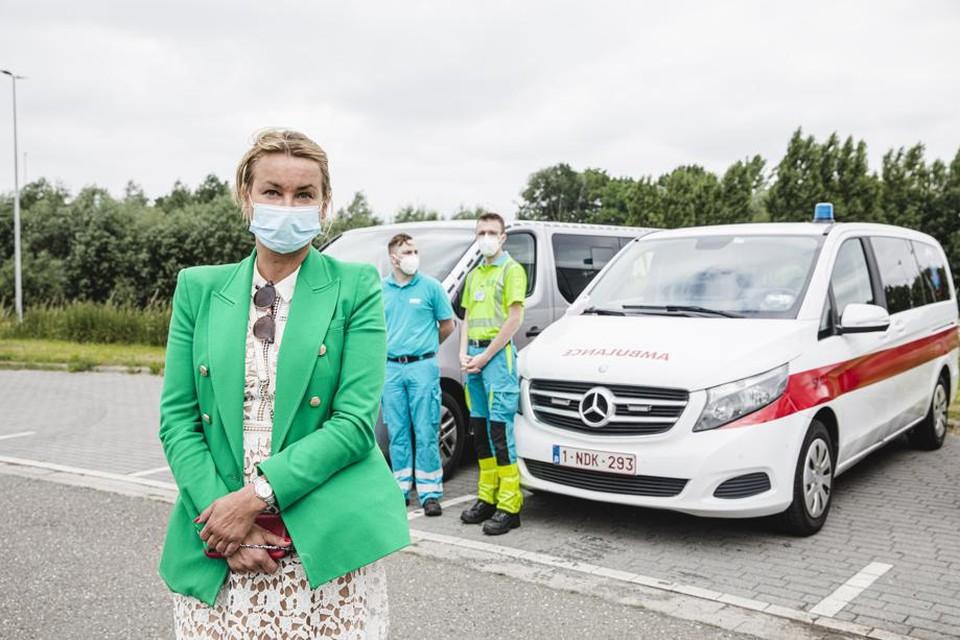 Mama Beata Zach (45) heeft ambulances voorzien voor haar dochter en haar zeven vriendinnen. Die gaan samen rechtstreeks naar een appartement om daar in isolatie te gaan.