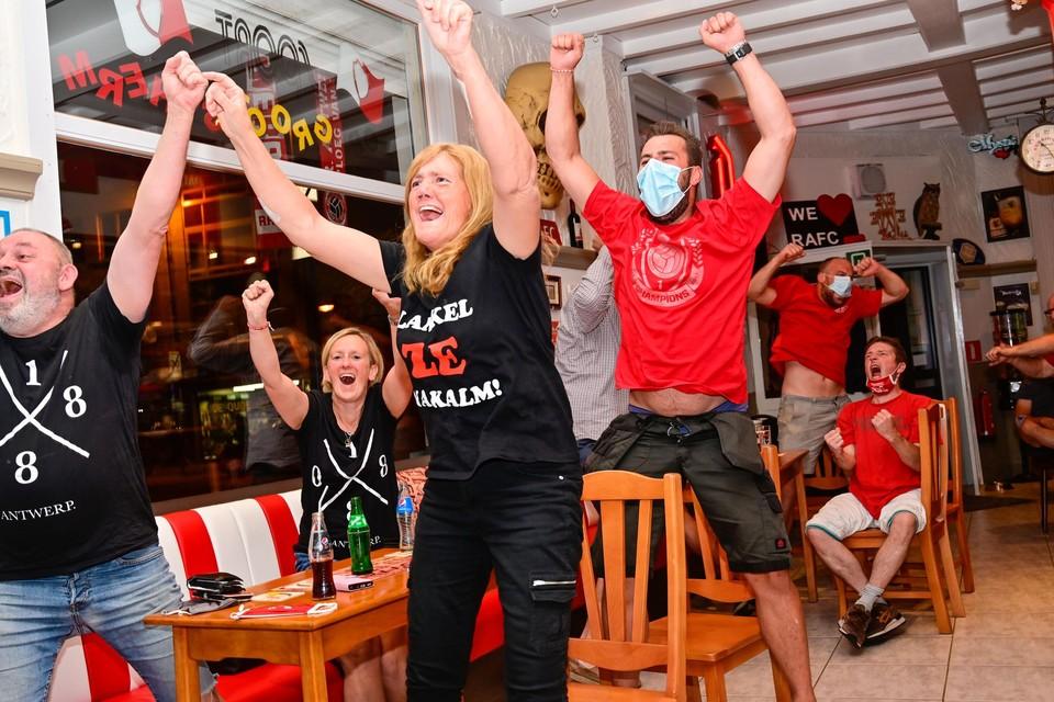 """In café De Griffier in Borgerhout verliep alles volgens de opgelegde maatregelen. """"We zijn allemaal braaf blijven zitten tijdens de match"""", zegt Monique Logisse. """"Alleen bij de goal en aan het eind hebben we ons heel even laten gaan."""""""