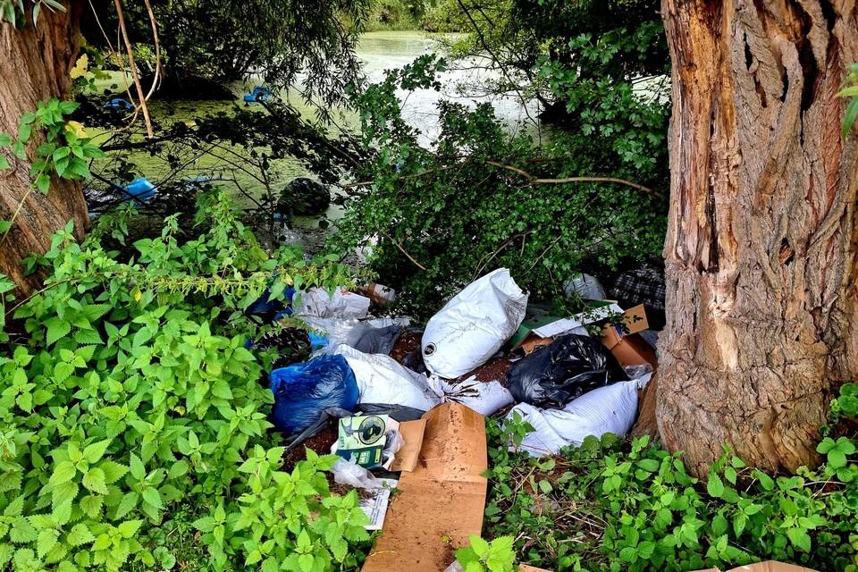 Naast en in de vijver trof de politie zakken met teelaarde en meststoffen aan.