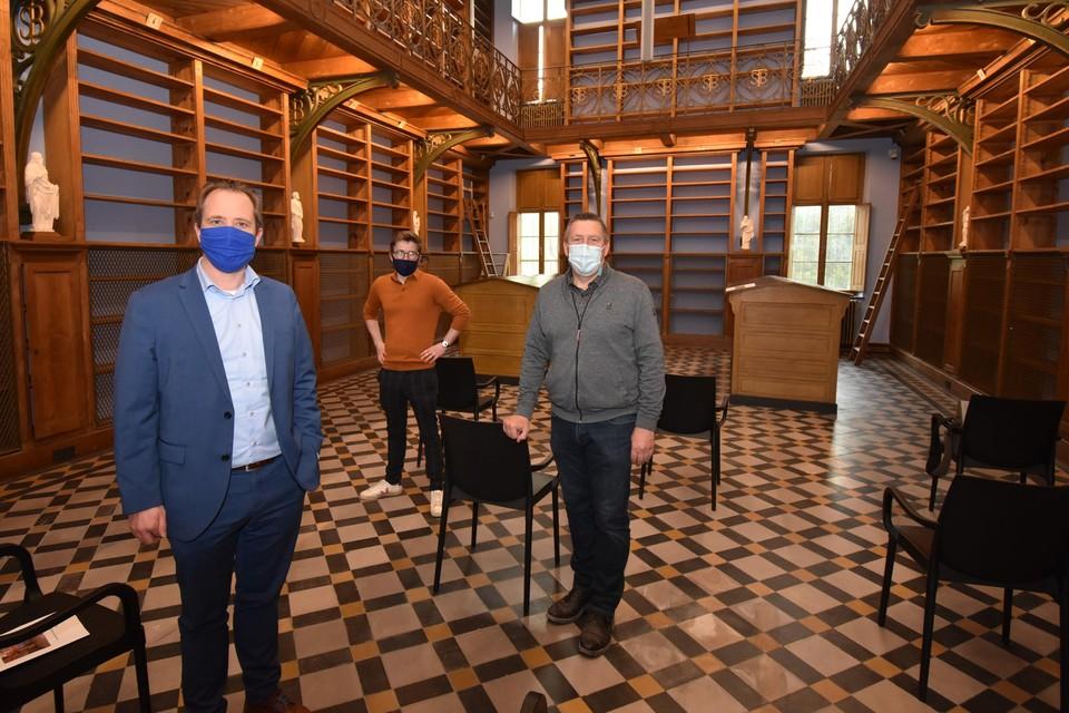 Burgemeester Kristof Joos (links) met Pieter Serwir en Gert Van Kerckhoven van de dienst Erfgoed van de gemeente Bornem in de gerestaureerde bibliotheek.