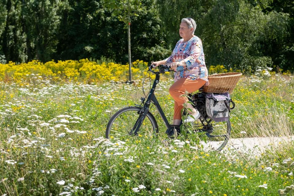 Stadsgids en Deurnenaar Lieve Mariën neemt ons mee op haar gegidste fietstocht door het district. Foto: Joris Herregods.