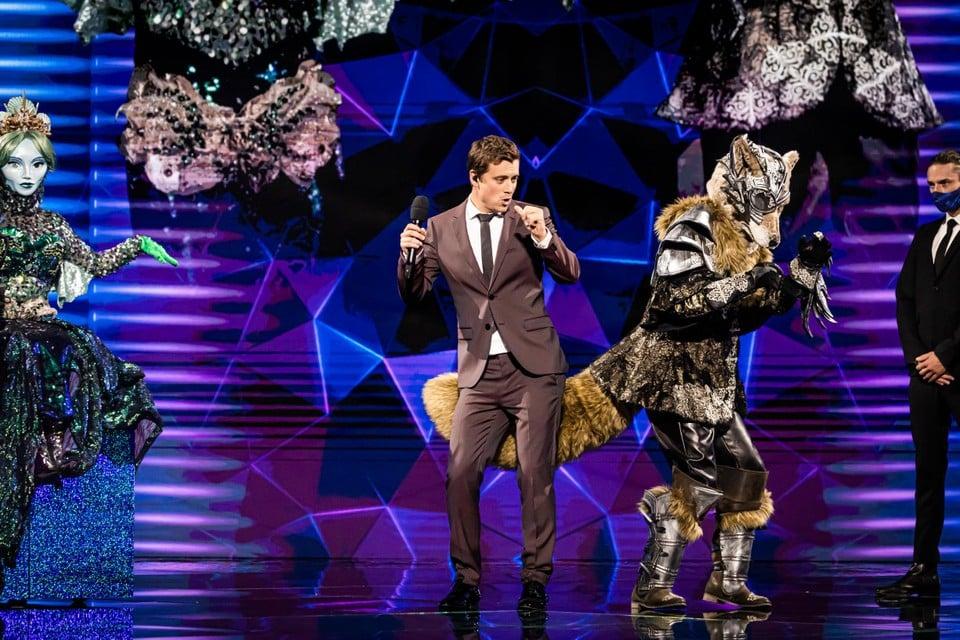 Presentator Niels Destadsbader waagt zich aan een dansje met Wolf.