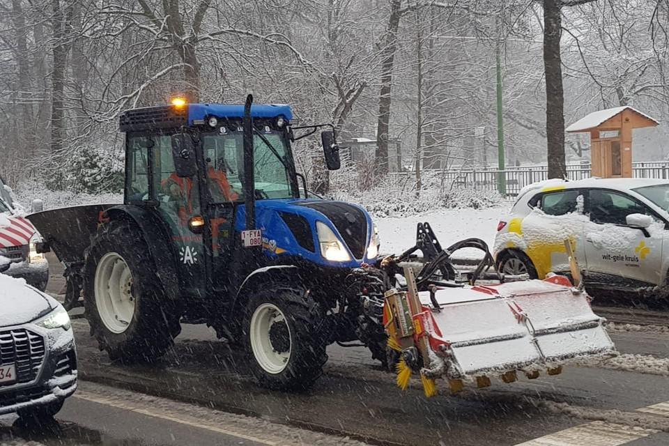 Een van de 26 voertuigen die de stad inzet om te borstelen, strooien en ruimen.