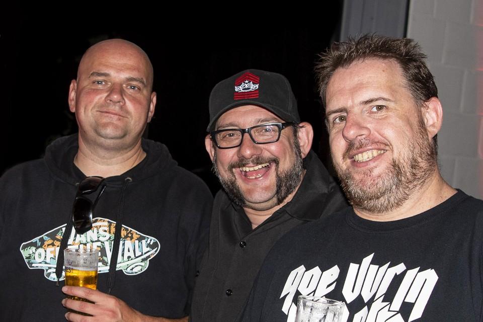 Van links naar rechts: Robby Embrechts, Gino Van Lancker en Stef Maes. Al bijna 25 jaar onafscheidelijk samen op pad als muziek journalisten en muziekfotograaf.