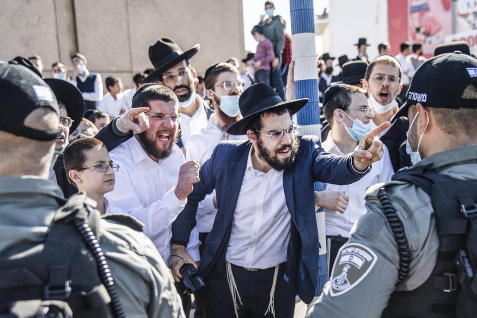 In Israël hebben ultraorthodoxe Joden de politie aangevallen omdat die een trouwfeest hadden stilgelegd.