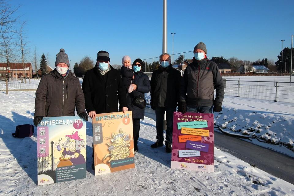 Enkele leden van KWB Boechout-Vremde zetten alles klaar voor de Griezeltocht.