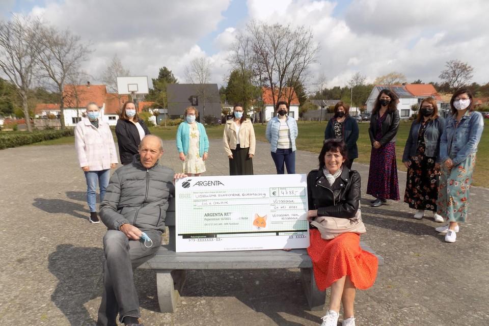 Luc Wouters en Christine Van Hove krijgen van de leden van het actiecomité Vosselaar voor Vosselaar een cheque van welgeteld 4.788 euro. Een brand vernielde begin februari de woning van het koppel.