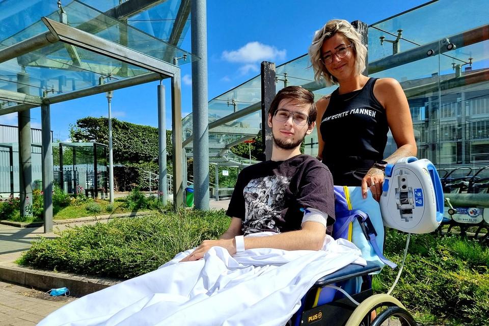 Yanni en zijn mama Debby in het UZA in Edegem, waar de tiener ondertussen al vier maanden verblijft