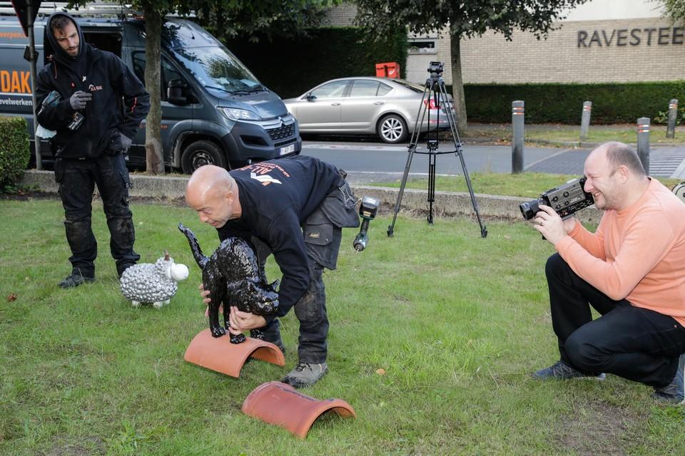 Met een anologe Super-8 camera legt Joeri alles vast voor zijn documentaire.