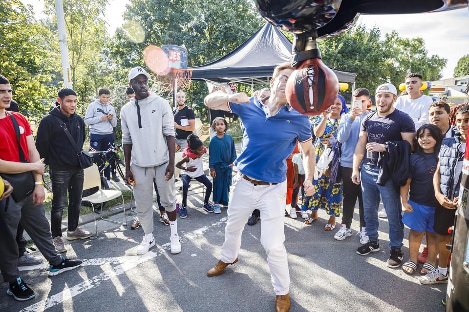 Burgemeester Bart De Wever gaat tijdens de heropening van BLOC 2030 de strijd aan met een boksbal