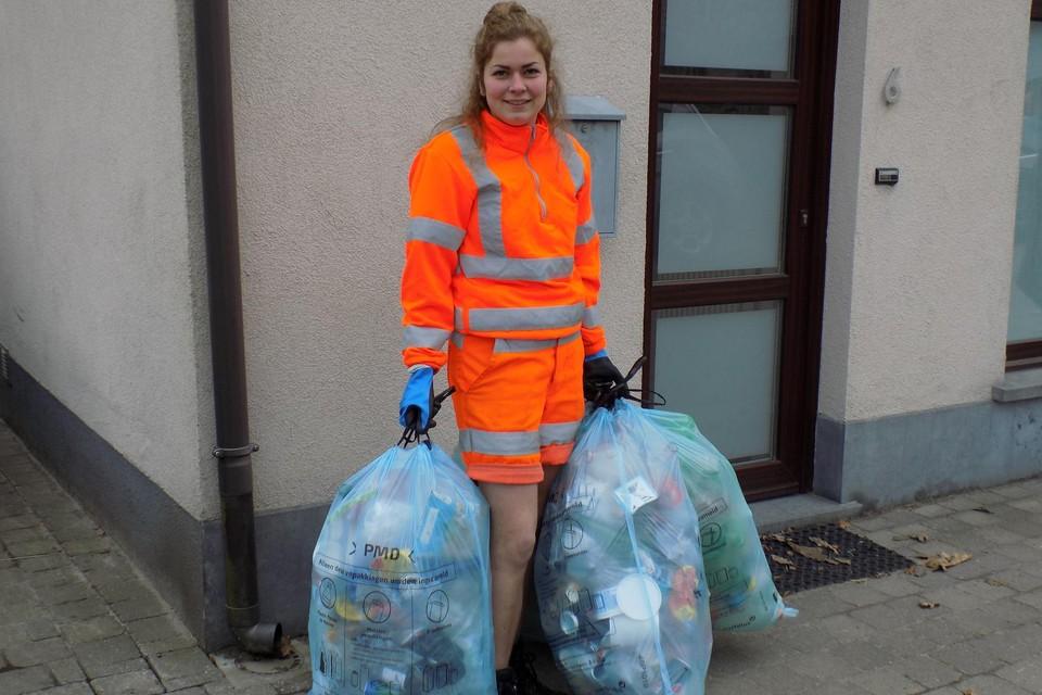 Ophaalster Annelien Jacobs uit Gierle verzamelt de blauwe zakken in de Ossenweg in Beerse. Vanaf nu mogen alle huishoudelijke verpakkingen in die nieuwe zak.