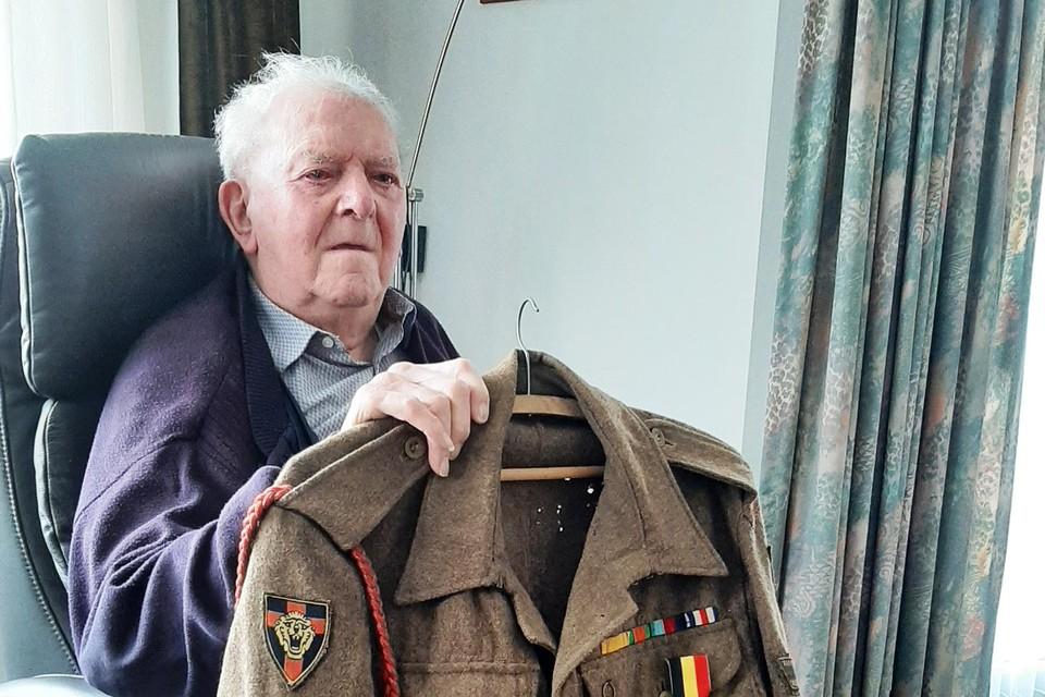 Vic liet tientallen jaren zijn legerjas onaangeroerd in de kast hangen.
