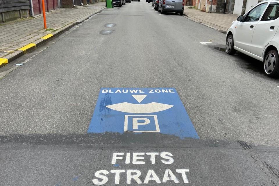 Het gemeentebestuur van Mol is niet opgezet met het feit dat onbekenden in een aantal centrumstraten met verf het woord 'Fietsstraat' hebben aangebracht op het wegdek.