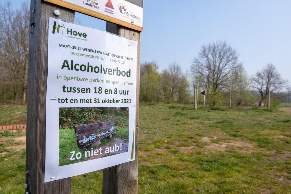 Het alcoholverbod, dat met deze affiches werd aangekondigd, is opgedoekt.